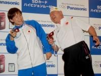 『SDカードハイビジョンムービー』の贈呈式で、「今からキスをするぞ」と暴走する父・アニマル浜口を避ける浜口京子  (C)ORICON NewS inc.