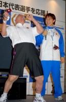 『SDカードハイビジョンムービー』の贈呈式に出席した、(左から)アニマル浜口、浜口京子 (C)ORICON NewS inc.