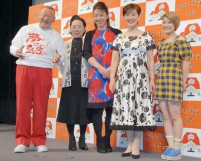 映画イベントで、華やかなワンピース姿を披露する浜口京子(中央)