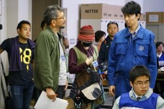 撮影現場のメイキングカット。左は庵野秀明総監督