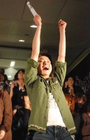 主演映画『カイジ 人生逆転ゲーム』の大ヒット記念イベント「カイジ」杯で、購入した馬券で軍資金が3倍となり大喜びする藤原竜也 (C)ORICON DD inc.