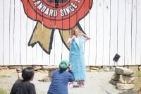 ローラが「ジムビーム」広告ビジュアルのアートディレクションを担当 メイキングカット