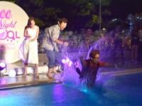 プールに落とされる藤森慎吾『CanCam×Shinagawa Prince Hotel Night Pool』のオープニングイベント