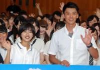 日本テレビ系ドラマ「時をかける少女」学生服限定完成披露試写会に登場した黒島結菜(手前左)と竹内涼真