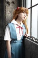 企画展「エヴァンゲリオン×美少女写真展」で惣流・アスカ・ラングレーのコスプレを披露した村田寛奈 (C)カラー