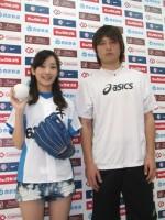 2010年5月4日に西武ドームで行われた始球式後の(左から)波瑠と涌井秀章投手