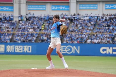 始球式に初挑戦した岡副麻希アナウンサー
