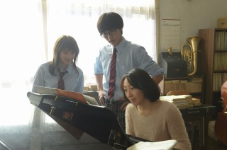 撮影中もピアノ演奏のアドバイスを受ける