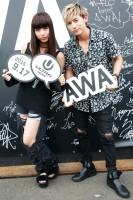 『ULTRA JAPAN 2016』のAWAブースに来場した、lolのhonoka(左)と小見山直人