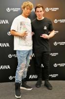 『ULTRA JAPAN 2016』のAWA特別会場に登場したハードウェル(左)、EXILE・黒木啓司らと対面し会話を楽しんだ