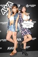 『ULTRA JAPAN 2016』のAWAブースに来場した、(左から)星島沙也加、川井優沙