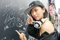 『ULTRA JAPAN 2016』のAWAブースに来場した倉持由香