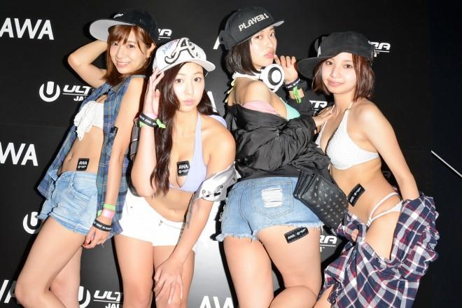 『ULTRA JAPAN 2016』のAWAブースに来場した、(左から)星島沙也加・佐山彩香・倉持由香・川井優沙