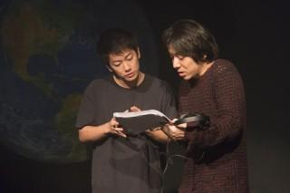 撮影現場で三浦大輔監督と話し合う佐藤健