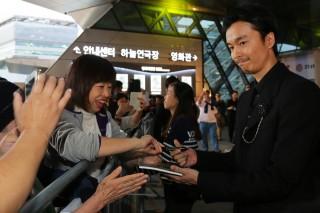 OPEN CINEMA部門『シン・ゴジラ』で現地を訪れ、ファンに囲まれる長谷川博己