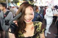 渋谷の街でハロウィンを楽しむ人々