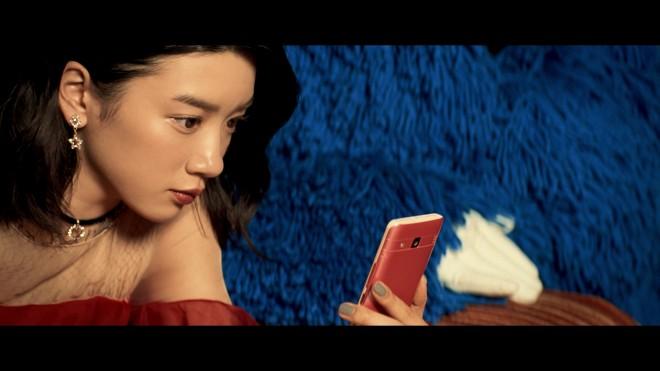 携帯を持った永野芽郁