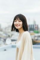 リラックスした表情を見せる吉岡里帆 (C)三瓶康友/週刊プレイボーイ