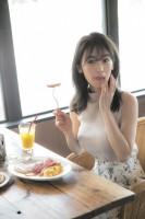 美しいくびれも披露した泉里香 (C)阿部ちづる/週刊ヤングジャンプ