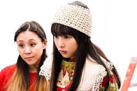 真剣な表情でモニターをチェックする桜井日奈子