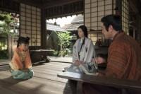 NHK大河ドラマ『おんな城主 直虎』第1回(1月8日放送)より。おとわは、父・直盛(杉本哲太)と母・千賀(財前直見)のもと幸せな日々を過ごしていた(C)NHK