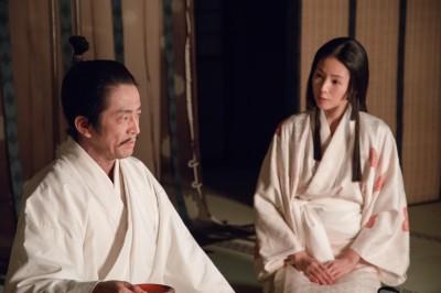 小田信夫役の堀内健、お毛役の小西真奈美(C)NHK