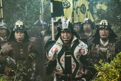 第1話で「桶狭間の戦い」を見る小田信夫役ら(C)NHK