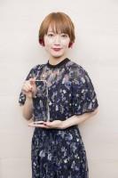 『コンフィデンスアワード・ドラマ賞』新人賞を受賞。トロフィーを持つ吉岡里帆(写真:草刈雅之)
