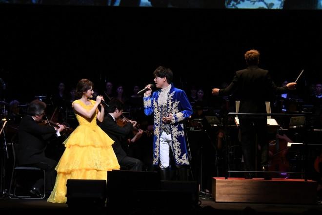 『美女と野獣』ライブオーケストラ公演で、日本語吹き替え版声優を務める昆夏美と山崎育三郎がサプライズ登壇。「美女と野獣」ほか2曲を熱唱した