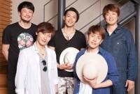 純烈の(上段左から)小田井涼平、白川裕二郎、酒井一圭(下段左から)後上翔太、友井雄亮