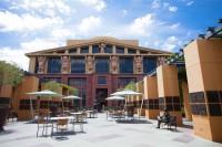 ウォルト・ディズニー・スタジオ内のレジェンド・プラザ。ウォルト・ディズニーとミッキーマウスの銅像もある