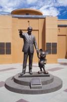 ウォルト・ディズニー・スタジオ内のレジェンド・プラザ。ウォルト・ディズニーとミッキーマウスの銅像
