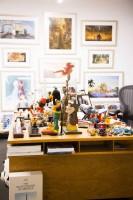 ジョン・ラセター氏のオフィスのデスクには、いろいろなディズニーキャラクター/ウォルト・ディズニー・アニメーション・スタジオ