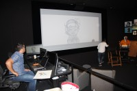 手描きアニメーションを説明するスーパーバイザーのエリック・ゴールドバーグ氏/ウォルト・ディズニー・アニメーション・スタジオ