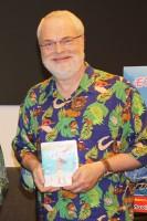 『モアナと伝説の海』MovieNEXを手にするロン・クレメンツ監督