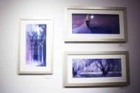 廊下に展示されている『アナと雪の女王』のアートワーク/ディズニー・アニメーション・スタジオ