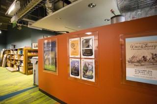 世界各地で行われるアートワーク展のポスターも掲示されている
