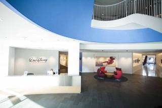 ロビーにもアートワークが飾られている/ディズニー・アニメーション・スタジオ