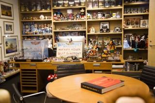 ジョン・ラセターのオフィスにはたくさんのキャラクターが飾られている