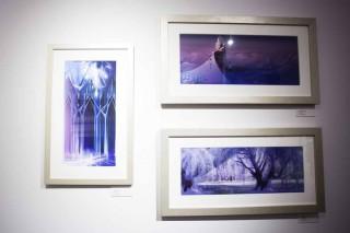 廊下に展示されている『アナと雪の女王』のアートワーク