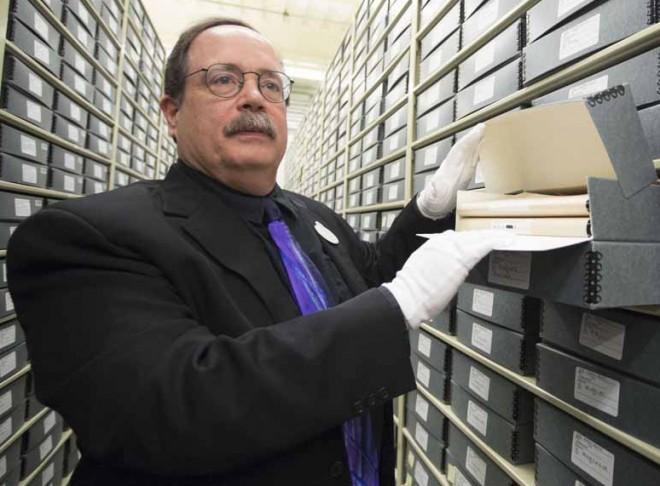 リサーチマネージャーのフォックス・カーニー氏。アートワークを管理するヴォルト内で保管の様子を説明する/アニメーション・リサーチ・ライブラリー