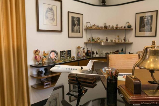 ウォルト・ディズニーのデスクの上と後ろにはさまざまな模型が飾られている/ウォルト・ディズニー・スタジオ