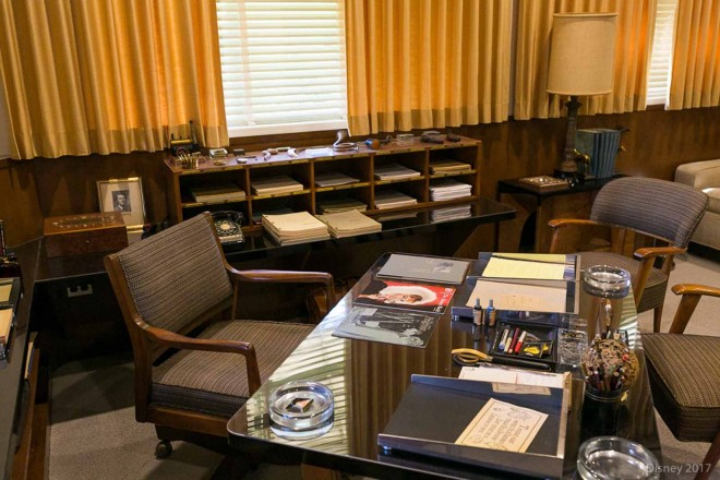 隣の部屋にはデスクとソファーがある。ウォルト・ディズニーのオフィス内/ウォルト・ディズニー・スタジオ