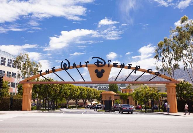 大学キャンパスのようなウォルト・ディズニー・スタジオの正門