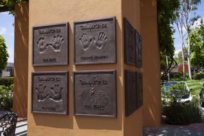 ウォルト・ディズニー・スタジオ内のレジェンド・プラザには、監督や脚本家、作曲家、アニメーターなどレジェンドたちの手形が飾られている
