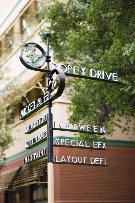 広大な敷地内の施設の方向が表示されている。なかには、実際にはない作品名のストリートが表示されているシャレの表示版もある/ウォルト・ディズニー・スタジオ