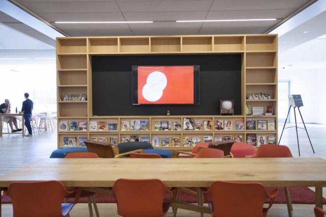 打ち合わせなどができるラウンジスペース。すぐよこにはカフェがある/ウォルト・ディズニー・アニメーション・スタジオ