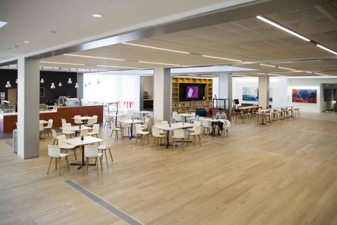 左がカフェ。ドリンクから軽食まで販売している/ウォルト・ディズニー・アニメーション・スタジオ