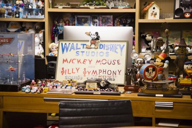 さまざまな作品のキャラクターが飾られているジョン・ラセターのデスク/ウォルト・ディズニー・アニメーション・スタジオ