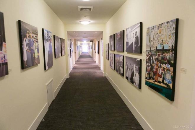 ウォルト・ディズニーのオフィスへの通路にはディズニーの歴史が飾られている/ウォルト・ディズニー・スタジオ